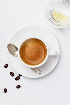 Tasse de café sur fond blanc, vue de dessus