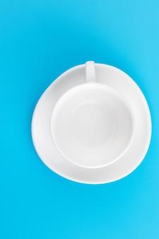 Tasse de café sur fond bleu