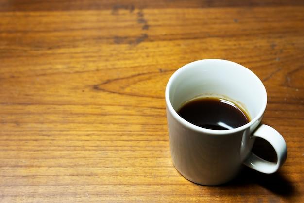 Une tasse de café sur un fond en bois avec espace de copie