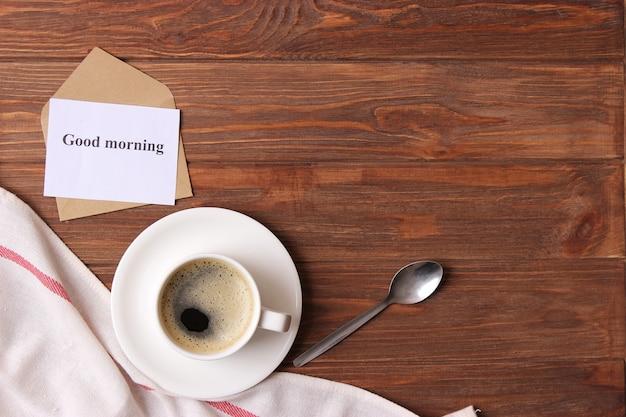 Tasse de café sur fond de bois vue de dessus bonjour bonne journée