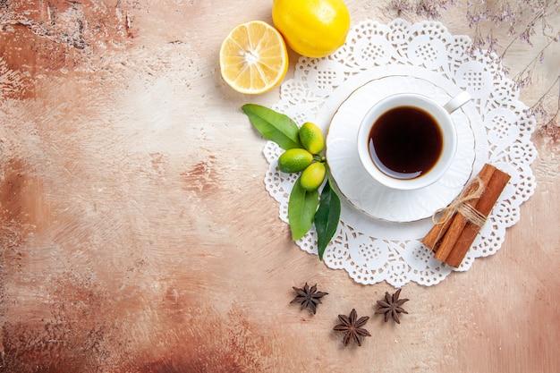 Une tasse de café sur fond coloré
