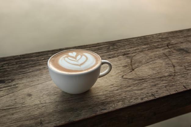 Une tasse de café en forme de coeur