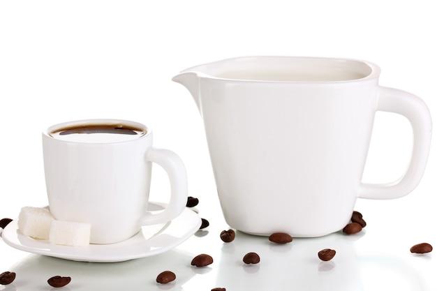 Une tasse de café fort et de crème sucrée isolée sur blanc