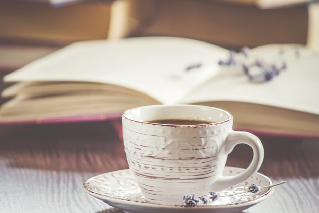 Une tasse de café et une fumée bonjour au bureau au travail. mise au point sélective.