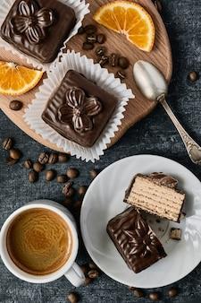 Tasse de café et gâteaux gaufres au chocolat, vue du dessus