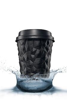 Une tasse de café à la géométrie texturée avec un capuchon est noire sur une éclaboussure d'isolat blanche.