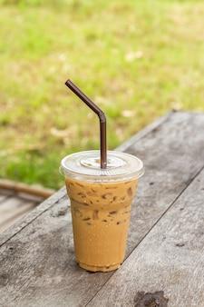 Tasse de café glacé sur le vieux bureau en bois