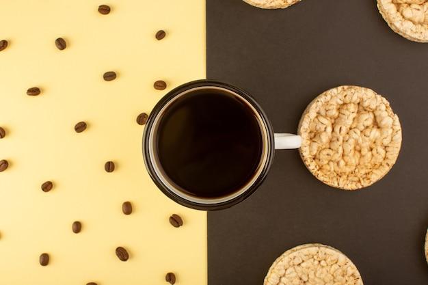Une tasse de café avec des graines de café brun et des craquelins