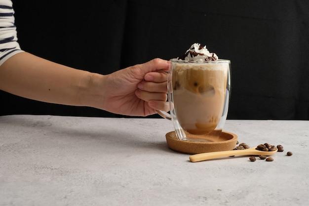 Tasse à café et grains de café au lait glacé pour le menu infuser une boisson à la caféine et un style moderne.