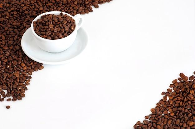 Tasse de café avec des grains de café sur un blanc