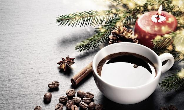 Tasse à café et grains de café avec décoration de noël
