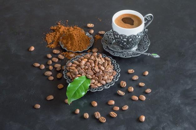 Tasse de café et grains de café avec poudre moulue