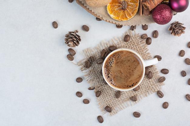 Tasse à café et grains de café sur un sac. photo de haute qualité