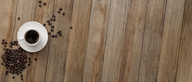 Une tasse de café et de grains de café sur la table. vue de dessus. bannière. copiez l'espace de votre texte.