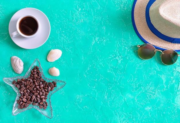 Tasse de café en grains de café torréfié chapeau et lunettes de soleil vue de dessus à plat style mer