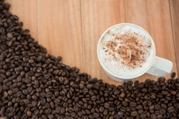Tasse à café avec grains de café torréfiés