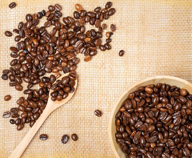 Une tasse de café et de grains de café torréfiés