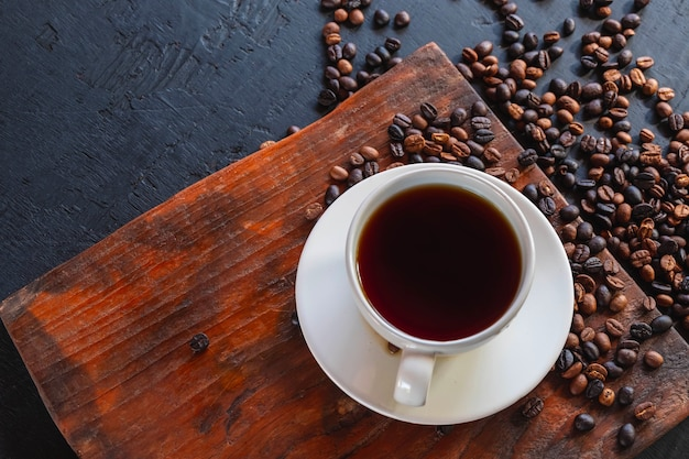 Tasse de café et grains de café torréfiés
