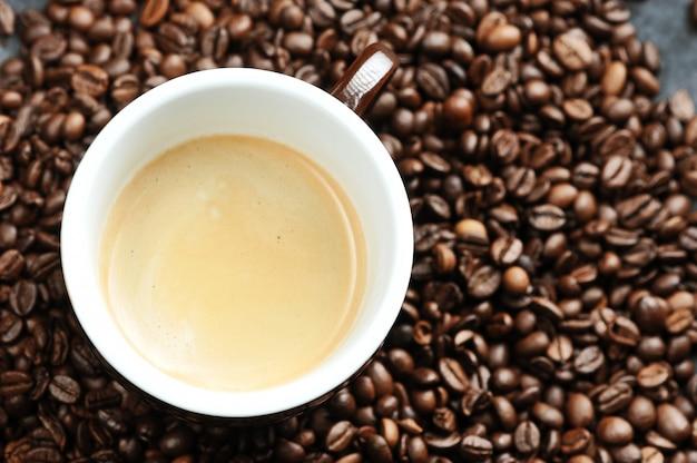 Tasse avec café et grains de café