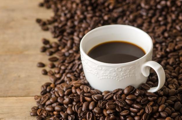 Tasse à café avec des grains de café