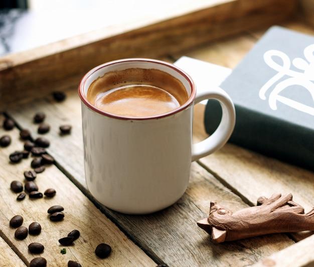 Une tasse de café et de grains de café
