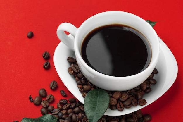 Tasse à café avec grains de café.