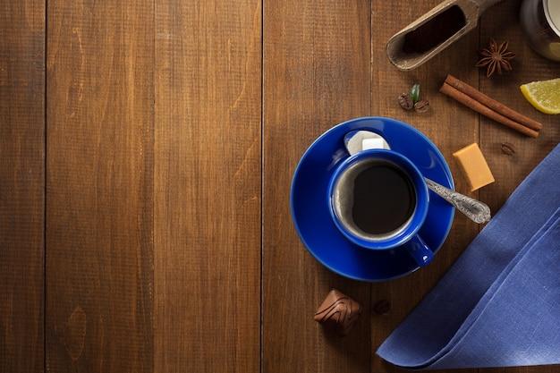 Tasse de café et de grains sur une surface en bois