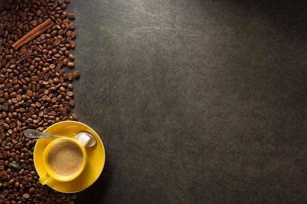 Tasse de café et de grains sur la surface de la table