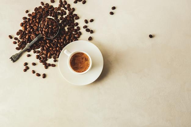 Tasse à café et grains. vue de dessus.