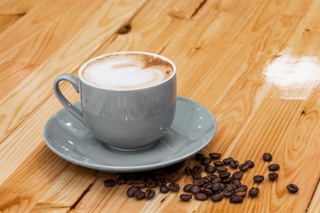 Tasse de café avec des grains