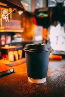 Une tasse de café grise posée sur la table