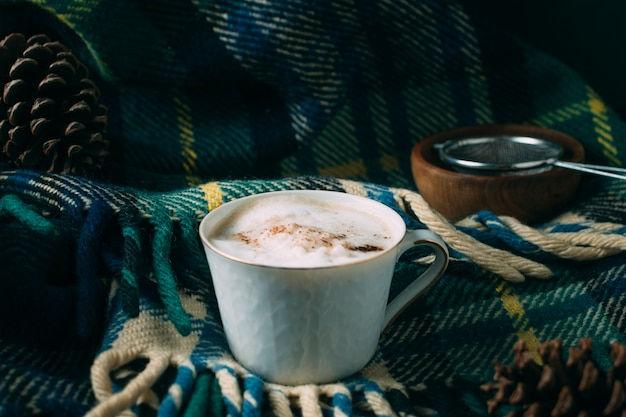 Tasse à café gros plan avec une couverture