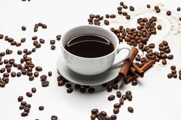 Tasse à café et haricots sur un blanc