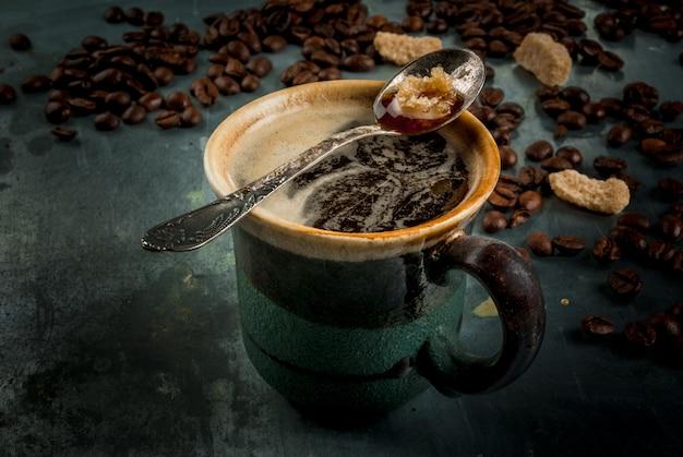 Tasse à café avec haricots et sucre sur métal vintage, espace copie