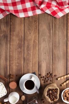 Tasse de café et de haricots sur la table de fond en bois, vue de dessus