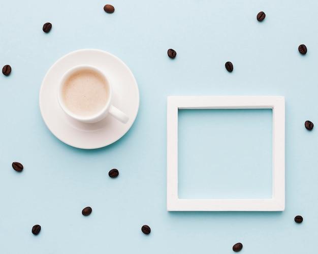Tasse à café et haricots sur table