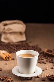 Tasse à café avec des haricots