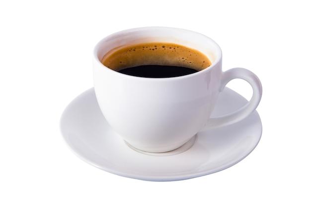 Tasse à café isolée avec du café à l'intérieur et un tracé de détourage sur fond blanc
