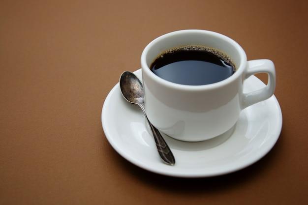 Tasse à café isolée sur table marron. boisson au café avec espace copie.