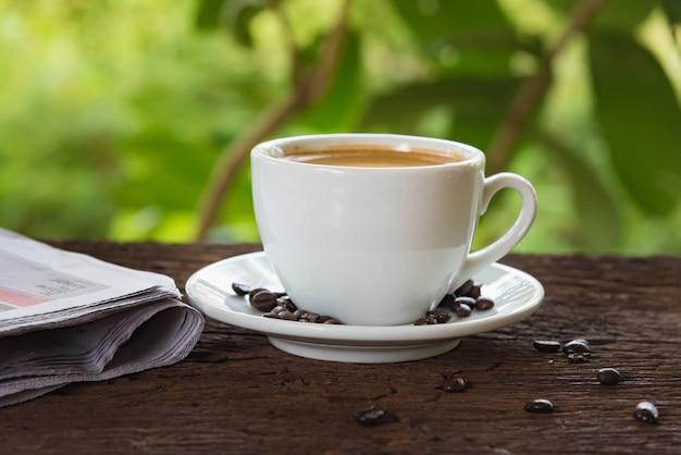 Une tasse de café et un journal