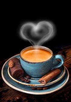 Tasse à café kraft bleu avec café gros grains de café vapeur chaude en forme de coeur
