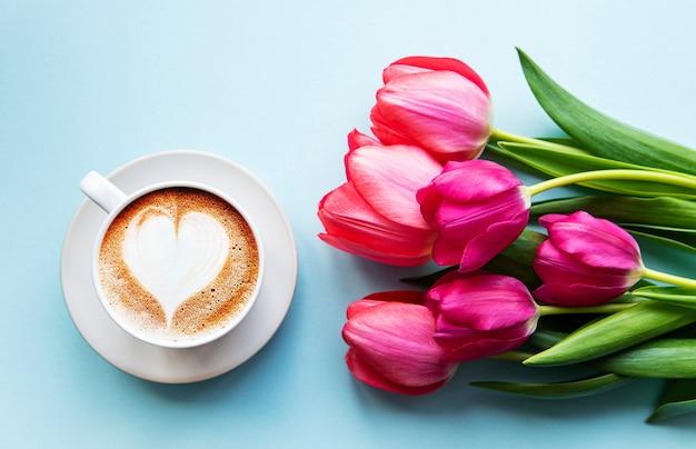 Tasse à café avec latte art et tulipes