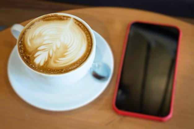 Tasse à café latte chaud sur table en bois, stock photo
