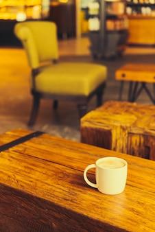 Tasse à café latte sur table
