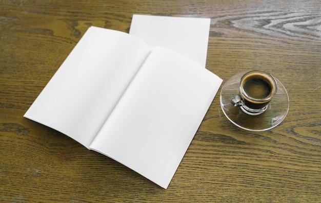 Tasse de café avec des lettres suivantes et un bloc-notes
