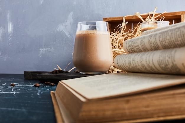 Une tasse de café avec un livre.