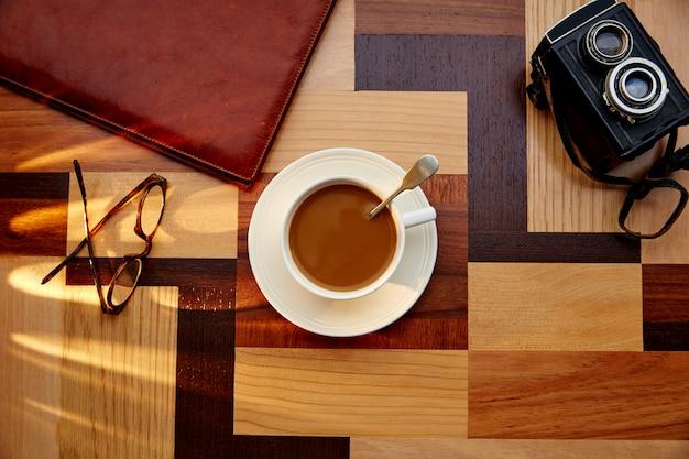Tasse à café avec des lunettes sur la table rétro vintage