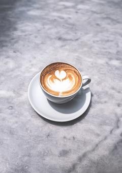 Tasse à café sur mable