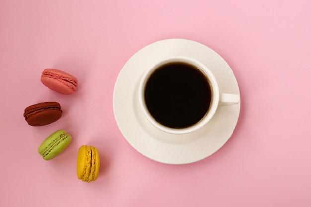 Tasse de café et macarons français colorés