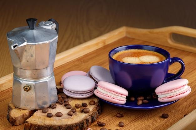 Tasse de café macarons et grains de café